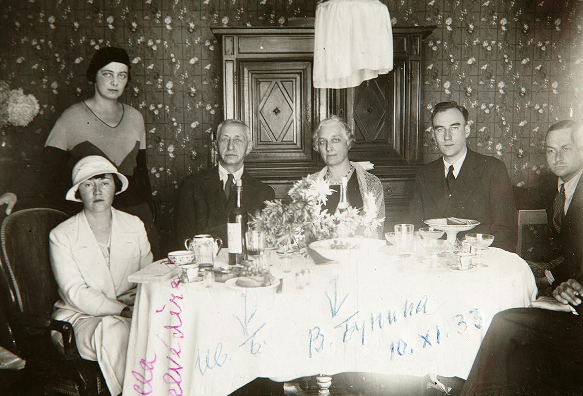 Ivan Bunin con degli amici a Grasse, Francia, 1933