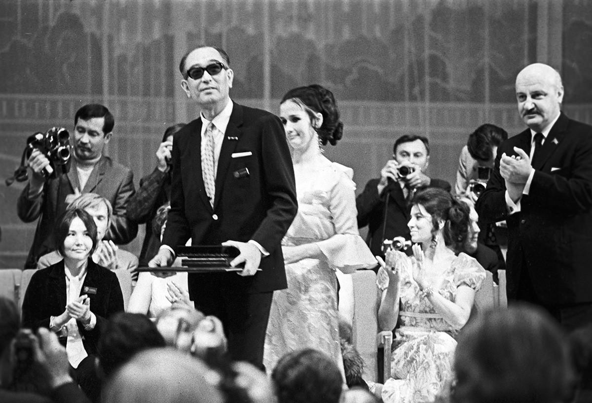 Akira Kurosawa insignito del premio speciale dell'Unione dei cineasti al 7° Festival Internazionale del Cinema di Mosca, 1971
