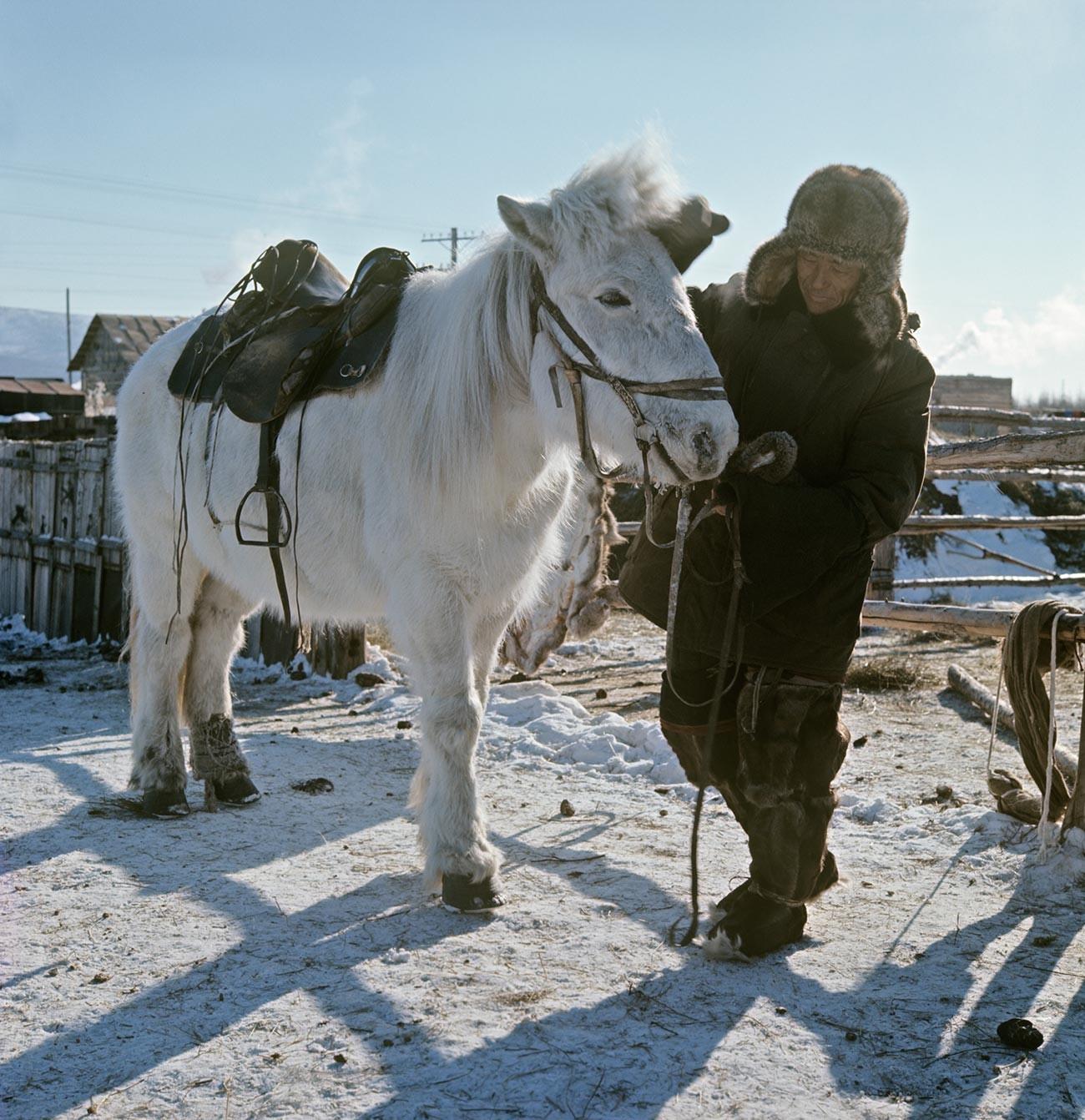 Ловецот Андреј Алексеев со јакутски коњ. Јакутија.