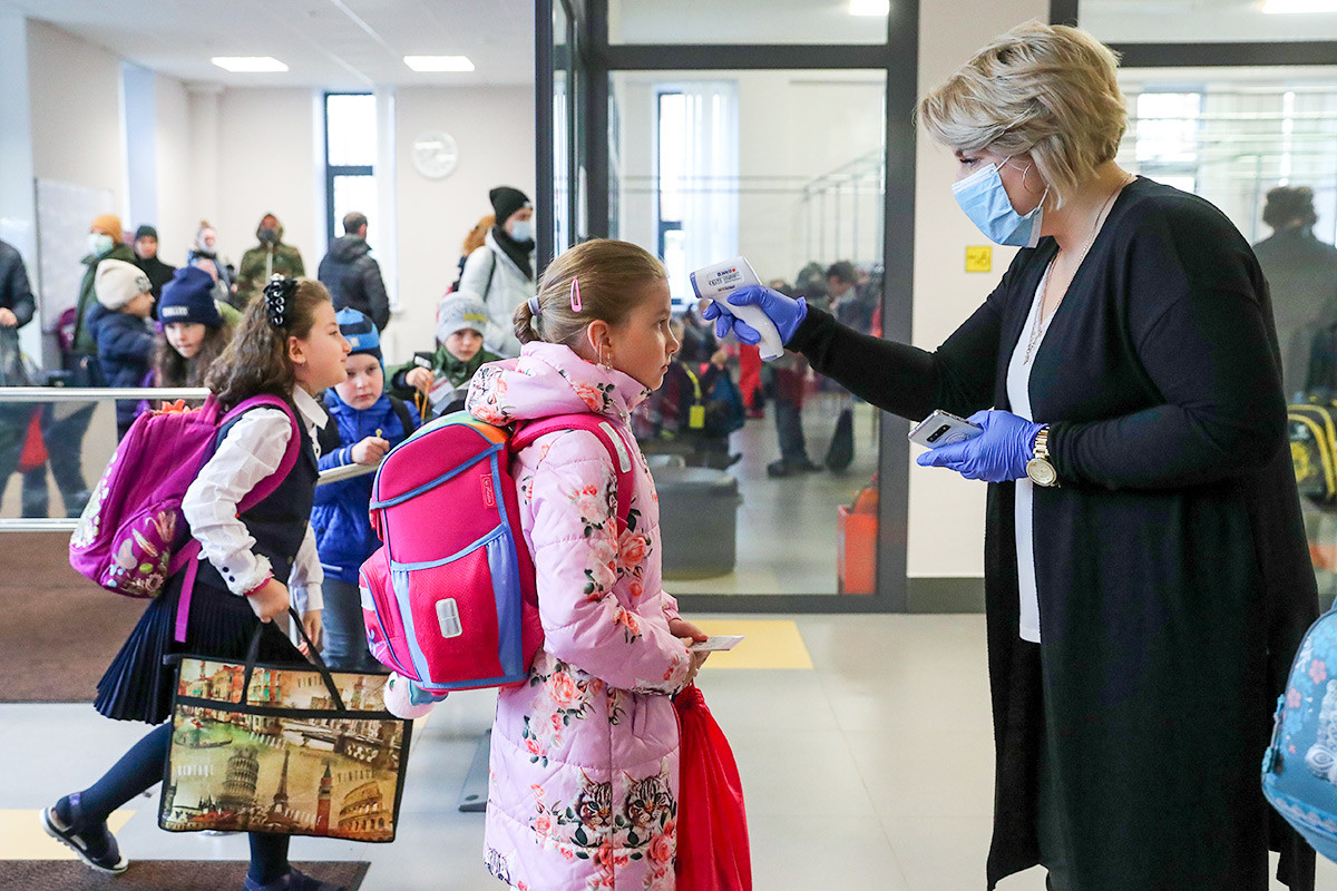 Suasana pengecekan temperatur di salah satu sekolah di Moskow.