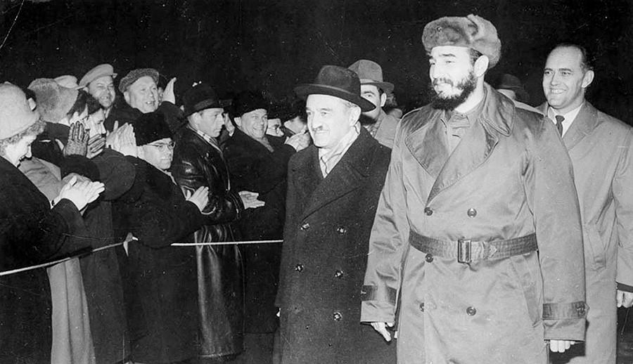 フィデル・カストロ(中)とアナスタス・ミコヤン(左)を歓迎するムルマンスク州民
