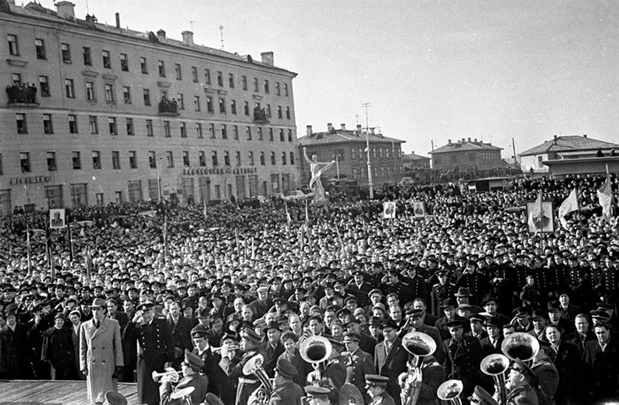 カストロの訪問を記念するデモに駅前広場に集まったムルマンスク州民