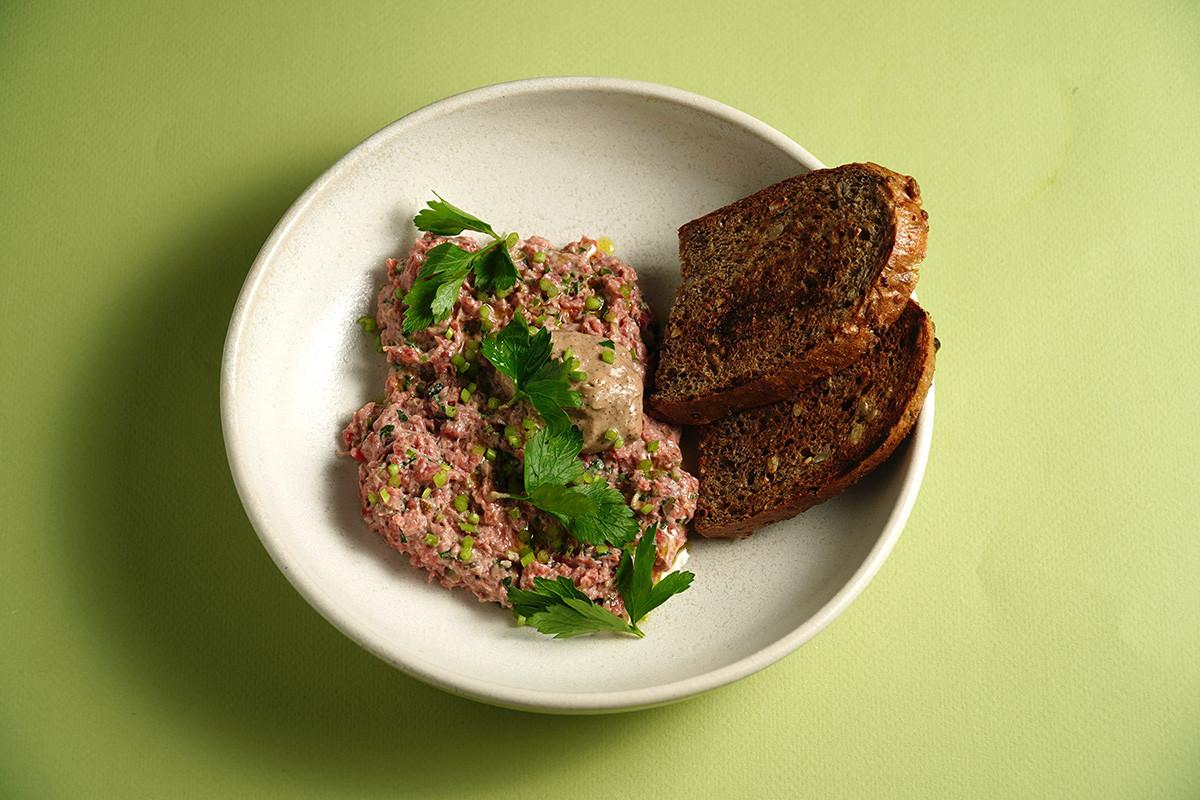 Tartare de bœuf bio avec persil salé et sauce au malt