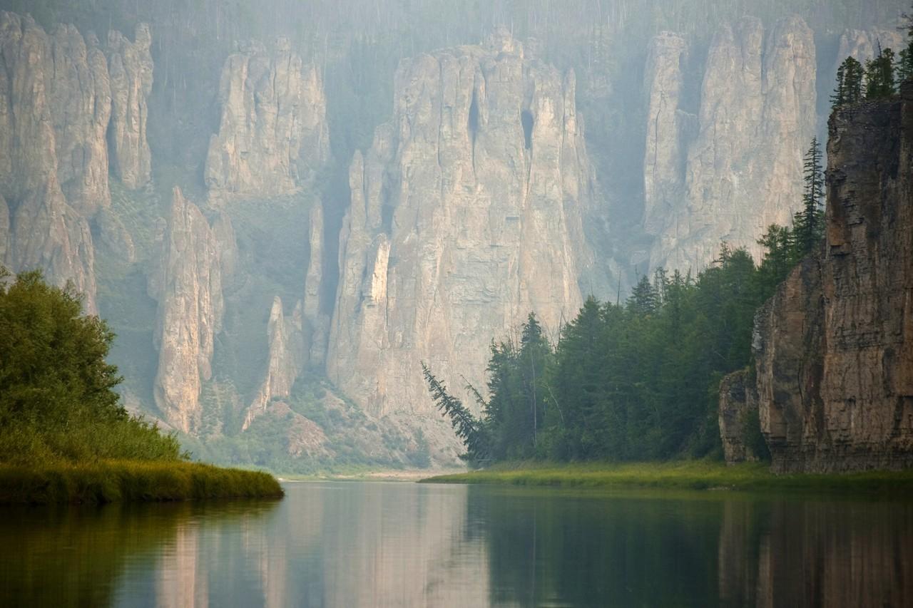 """Azul, río en Yakutia, afluente del Lena. Monumento natural """"Pilares de Siine""""."""