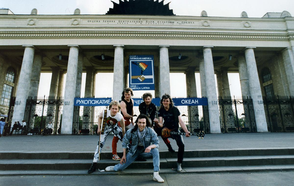 Le groupe devant l'entrée du parc Gorki