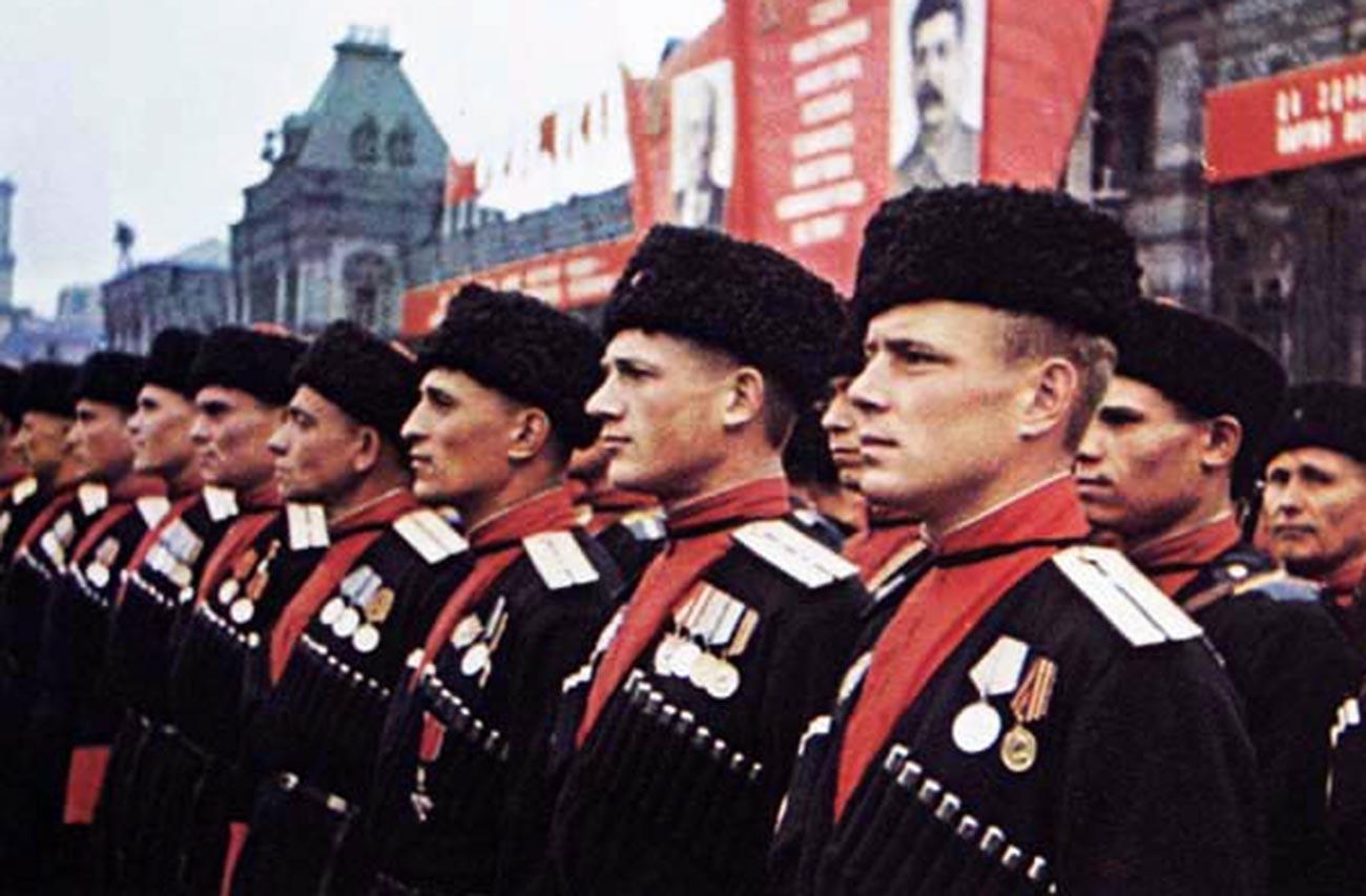 Кубањски козаци на Паради Победе на Црвеном тргу 24. јуна 1945. у униформи из 1936. године (тамноплава черкеска са газирима, капа кубанка са црвеним врхом).