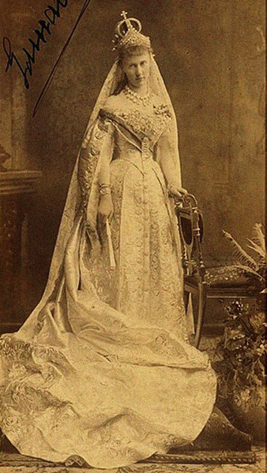 婚礼衣装を着た大公妃エリザヴェータ・マヴリキエヴナ 。戴冠式で、花嫁は婚礼用の王冠をつけ、その上にダイアモンドの頭飾りをつけた。