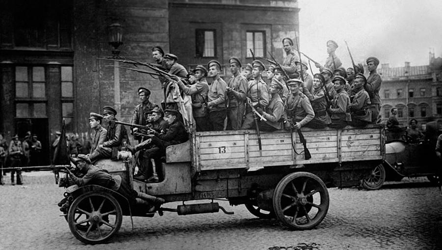 Июльские события в Петрограде. Солдаты Самокатного полка, прибывшие с фронта для подавления мятежа