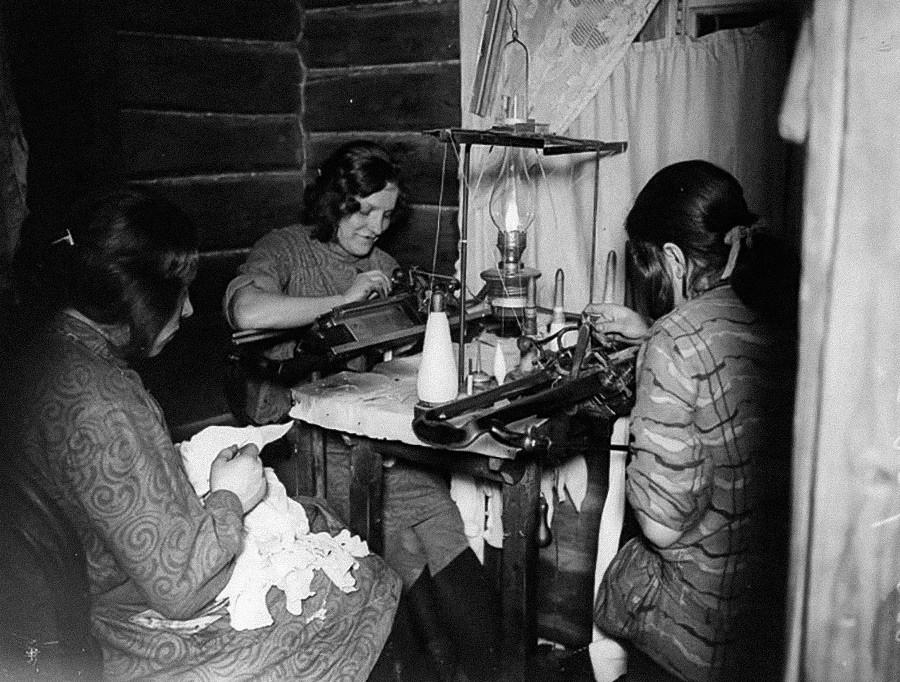 Frauen aus der Stadt Swenigorod arbeiten an Strickmaschinen, 1918.