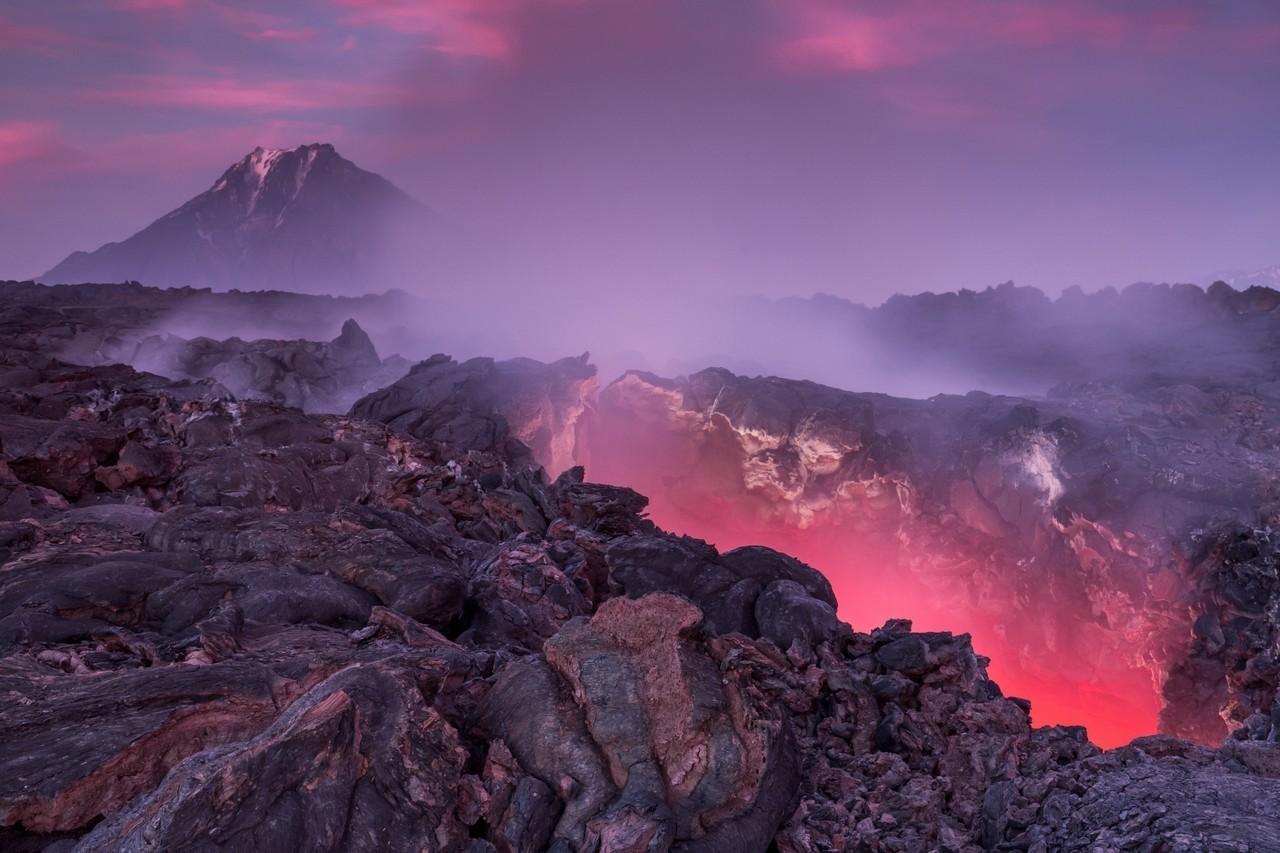 """""""Onde o dragão dorme"""", Kamtchatka. Rio de lava incandescente durante erupção do vulcão Tolbatchik"""