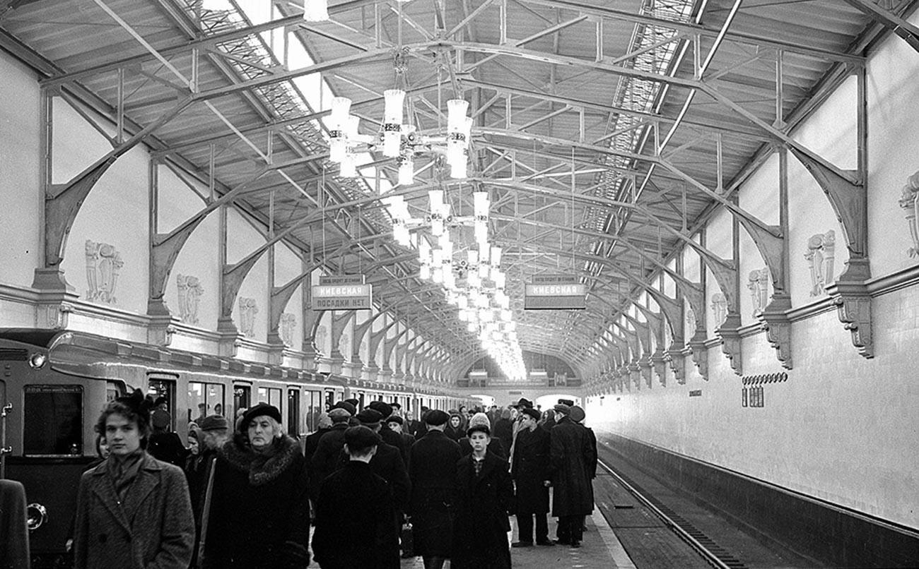 Passeggeri sulla piattaforma della stazione