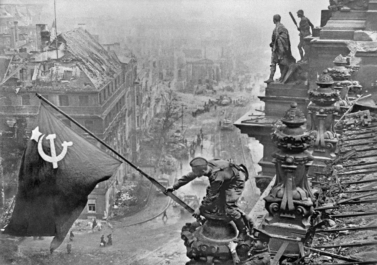 Die sowjetische Flagge wird auf dem Reichstag gehisst