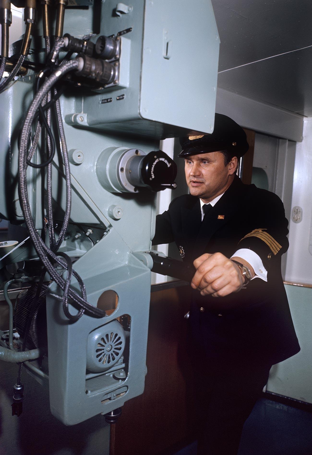 Борис Сидоров - капитан на кораба.