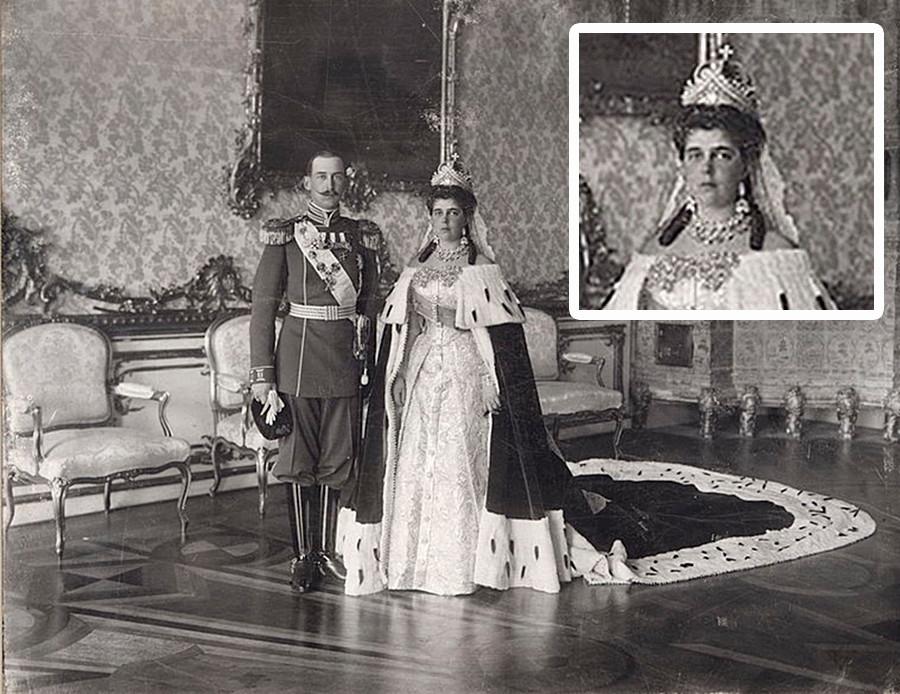 Zarskoje Selo bei St. Petersburg. Großherzogin Jelena Wladimirowna von Russland und Prinz Nikolaus von Griechenland und Dänemark an ihrem Hochzeitstag in der Porträthalle des Katharinenpalastes in Zarskoje Selo bei St. Petersburg