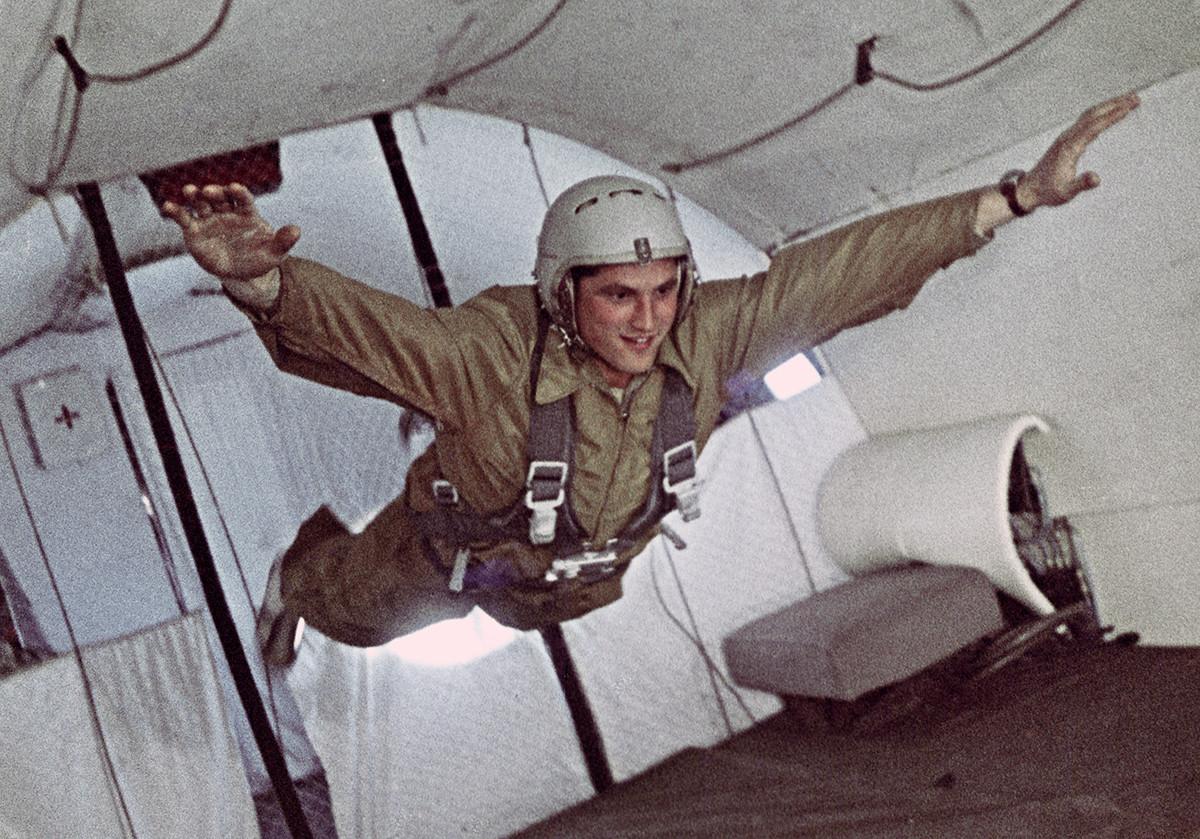 Boris Volynov durante una sessione di addestramento, 1965