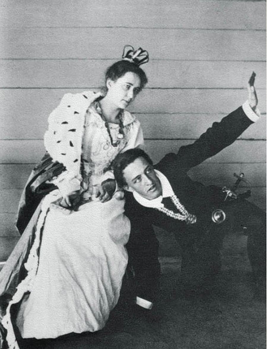 「ハムレット」の場面。アレクサンドル・ブロークはハムレット、リュボーフィ・メンデレーエワはガートルード。ドミトリー・メンデレーエフの邸、1898年の夏。