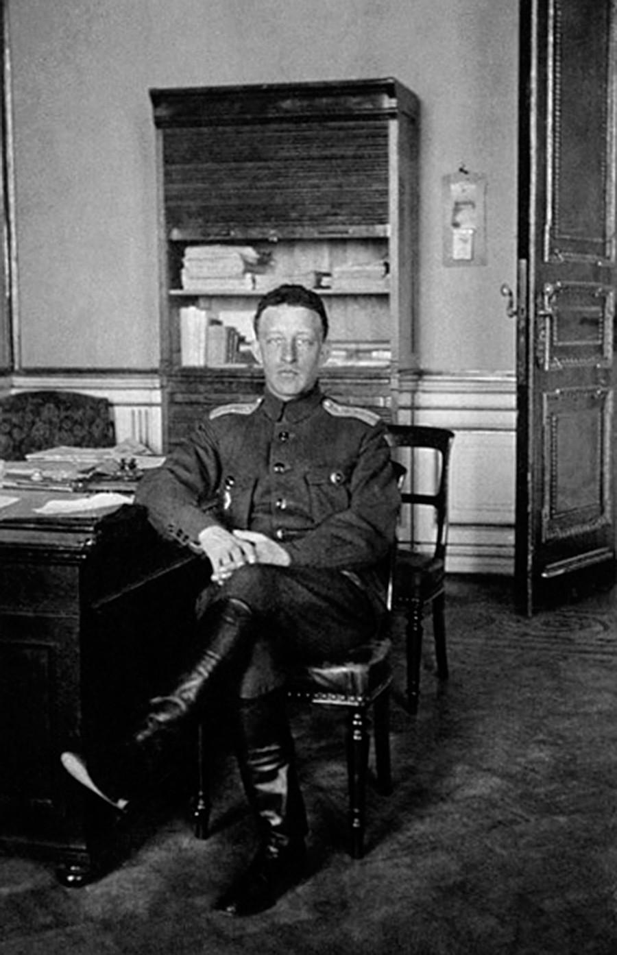 帝政時代の官吏の犯罪を捜査する臨時委員会で編集者として働いていたアレクサンドル・ブローク