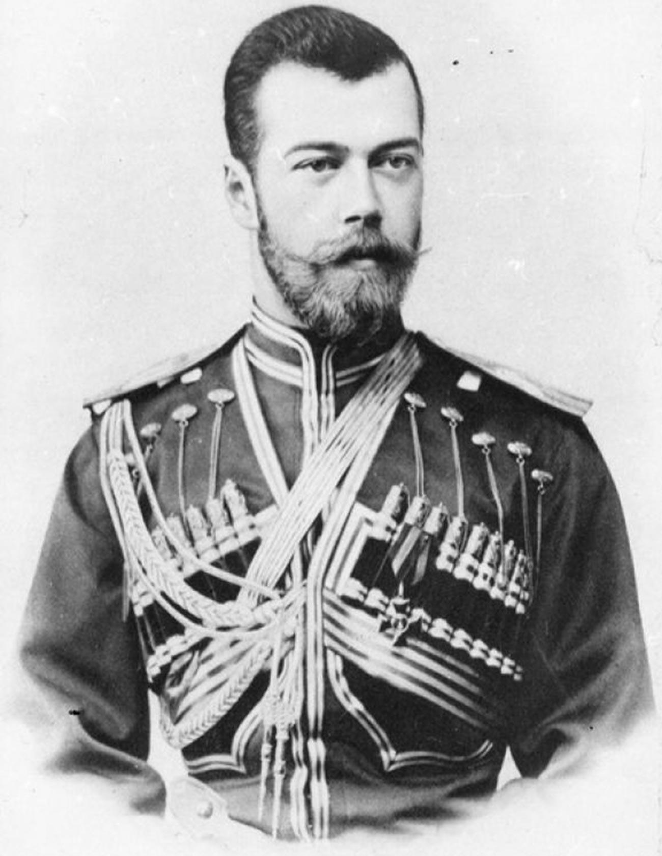 Суверенният император Николай II в униформата на гвардейския хусарски полк на Негово величество