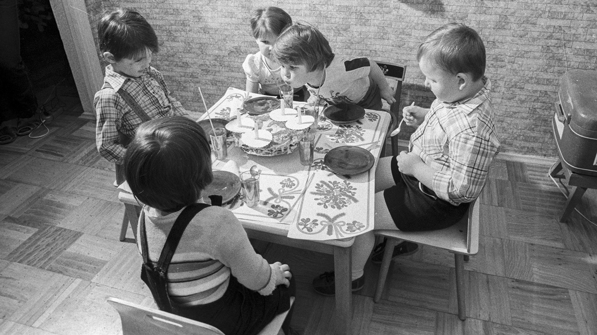 Альоша (син на Александър Бархатов, работник в детското издание на Държавната телевизия и радиоразпространение на СССР), духа свещите на торта за рожден ден на четвъртия си рожден ден.