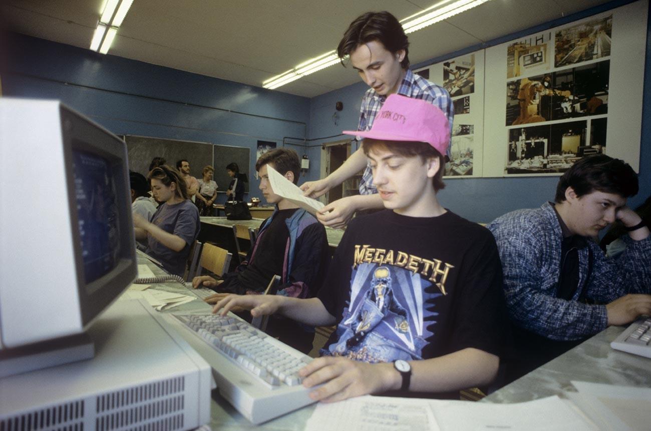 Средно училище №21. Учениците работят с компютрите на IBM