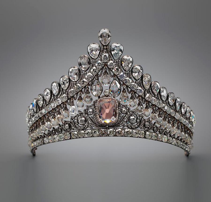 Свадебная диадема Романовых с розовым бриллиантом.