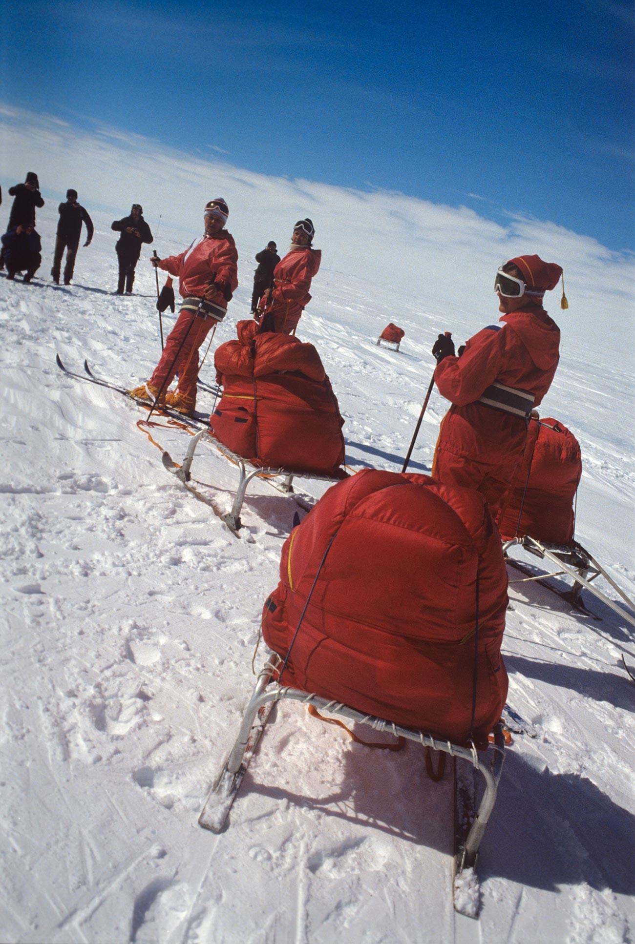 Des membres de l'équipe Metelitsa pendant la transition de la station de Mirny à la base antarctique Vostok, 1988