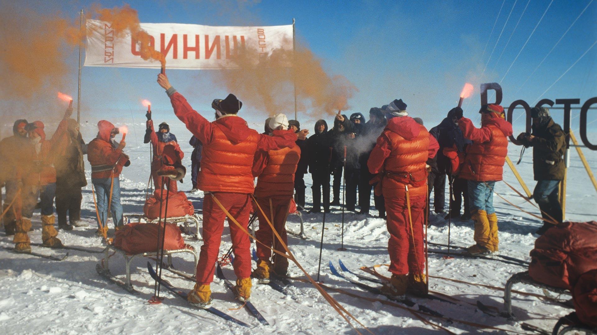 Pendant les 12 derniers kilomètres, les femmes ont marché vêtues d'uniformes rouges, pour célébrer la dernière réalisation des femmes soviétiques que l'on pensait auparavant impossible