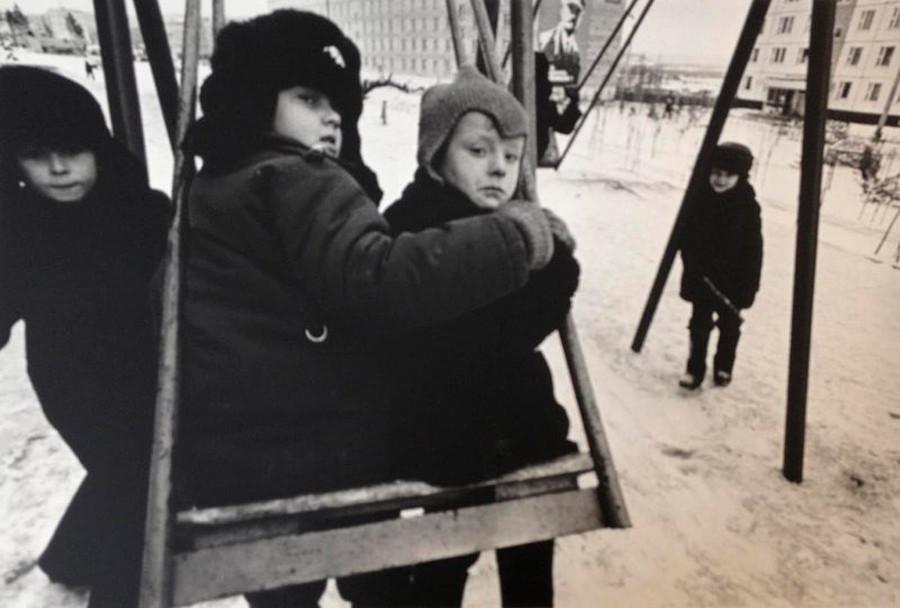Brincadeira no balanço, 1970.