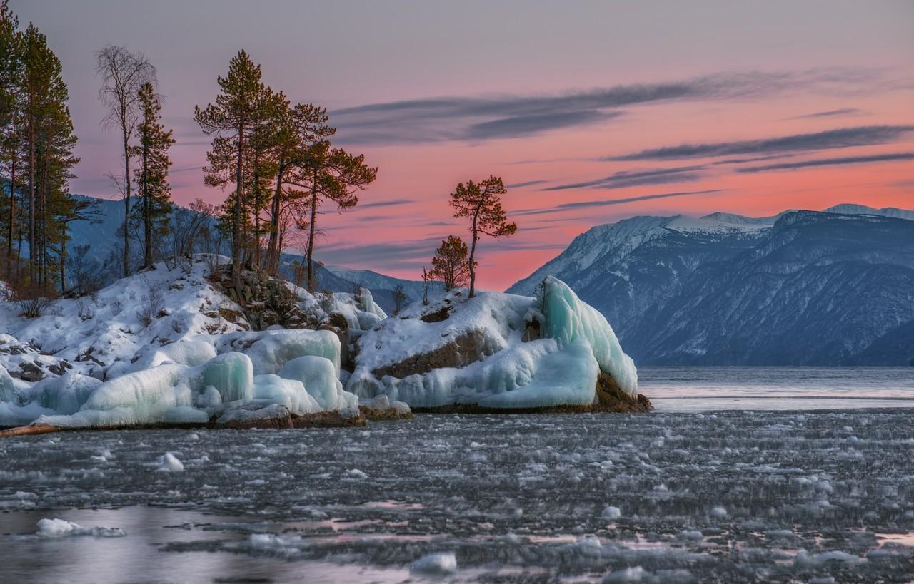 Rives de cristal, lac Teletskoïé, dans l'Altaï
