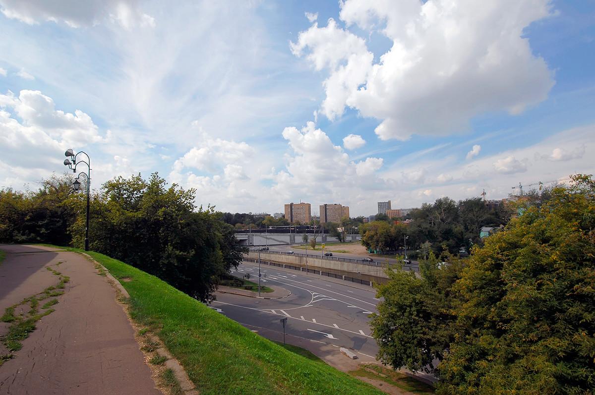 Blick auf den Fluss Jausa vom Hügel des Andronikov-Klosters.
