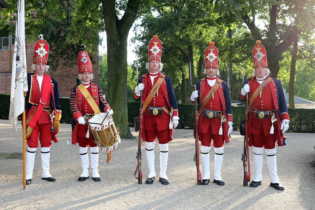 Membros da guarda de reconstituição da Associação Registrada dos Gigantes de Potsdam, Alemanha