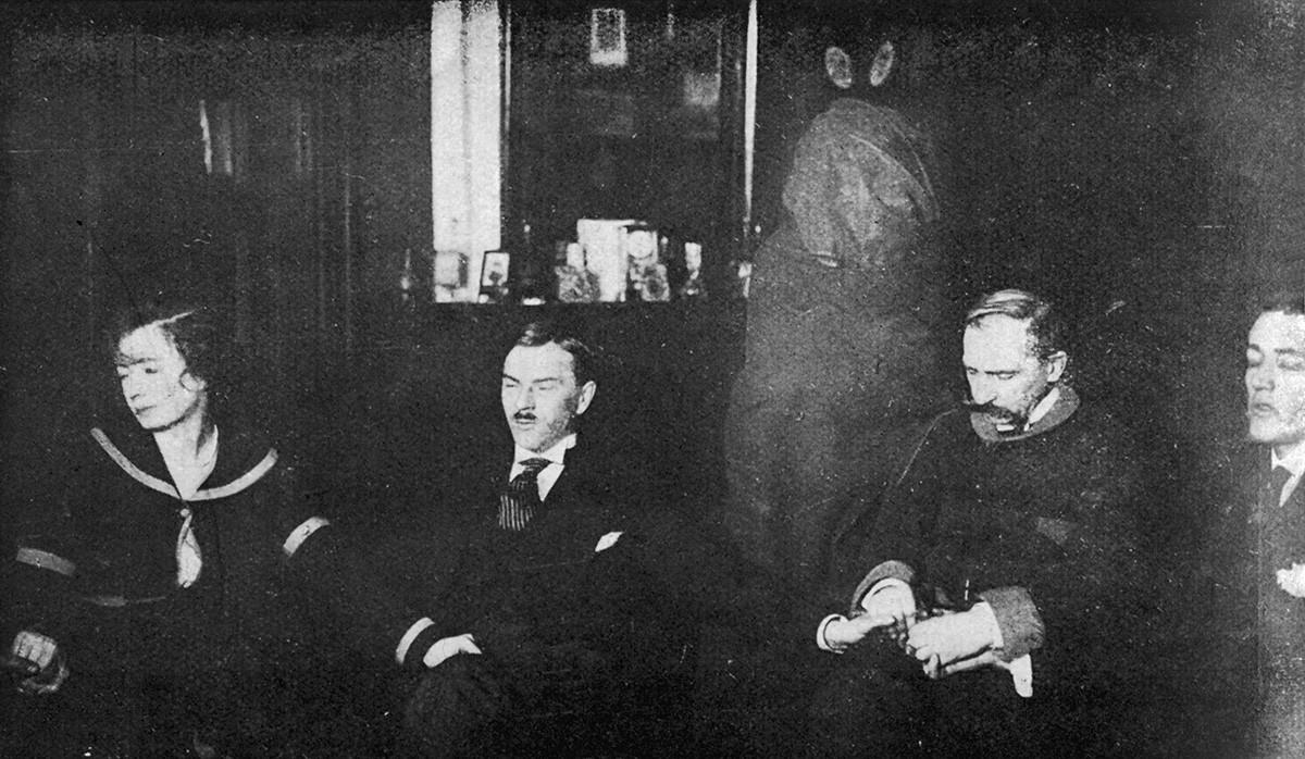 Foto con una misteriosa figura avvolta in un sudario bianco sullo sfondo, Varsavia, 1919