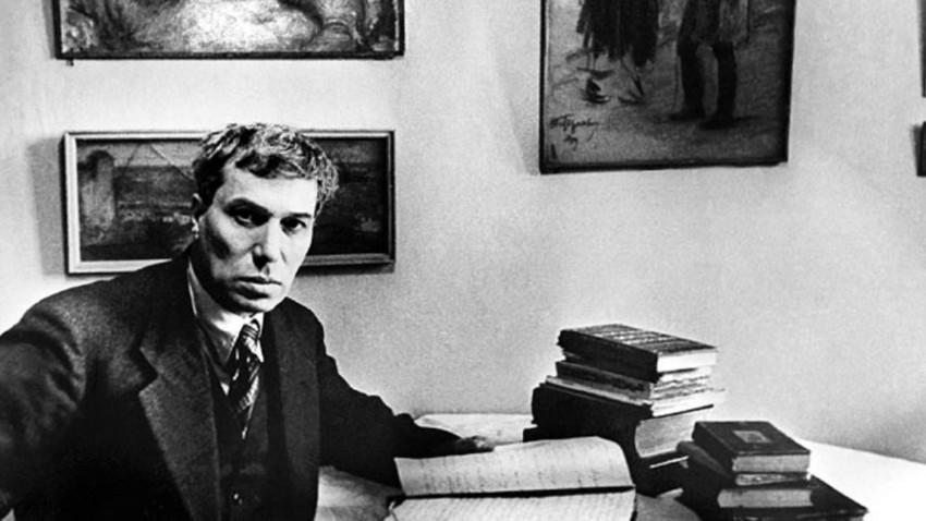 Depois que os censores soviéticos proibiram a publicação do romance de Pasternak, o escritor enviou cópias a amigos na Europa. E logo ele era impresso em italiano.