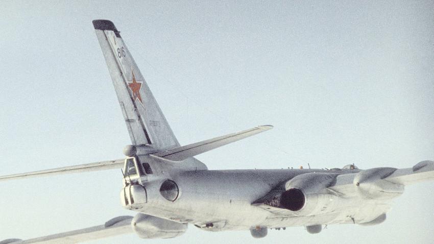 Una variante de reconocimiento marítimo del Tupolev Tu-16. 1989.
