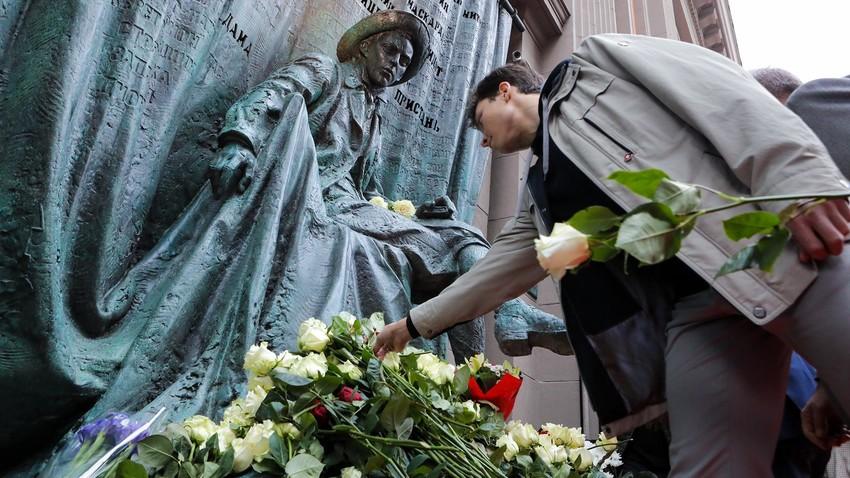 """Откриване на паметника в чест на 100-годишнината на театър """"Вахтангов"""" в навечерието на юбилейния сезон."""