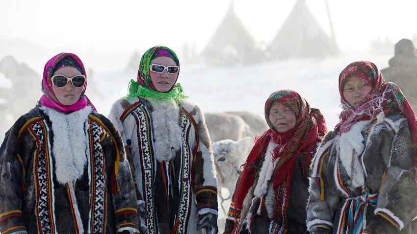 Ženske med praznikom Dneva pastirjev severnih jelenov v Salehardu.