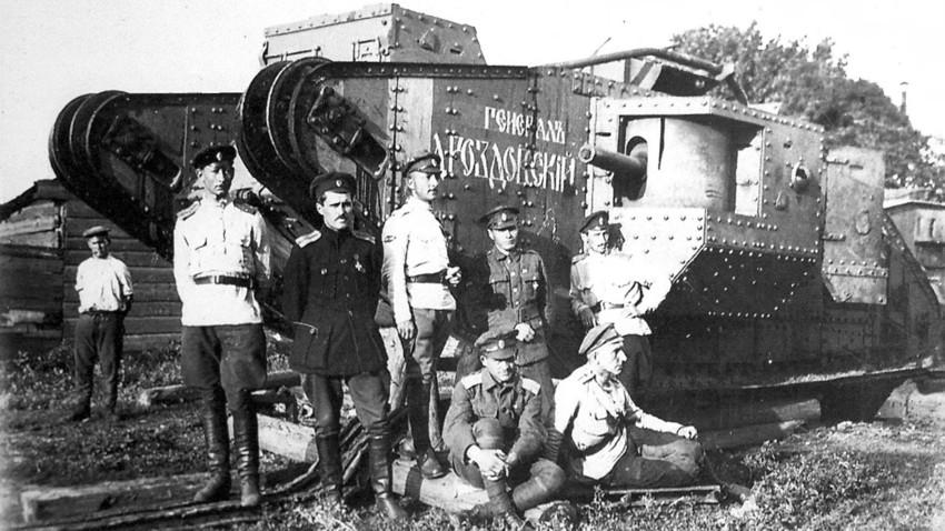 Jenderal Drozdovsky (ketiga dari kiri) dan beberapa anak buahnya.