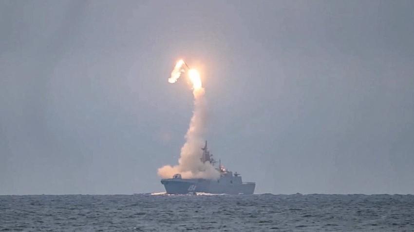 """Ракетната фрегата клас 22350 """"Адмирал Горшков"""" извърши първото практическо тестване на хиперзвуковата ракета """"Циркон"""", 6 октомври 2020 г."""