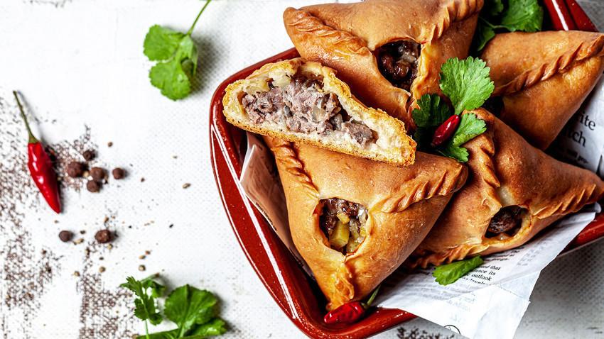 """Suculenta por dentro, crocante por fora... Essas """"esfihas"""" de carne tártaras são uma alternativa para derrubar qualquer fast food."""