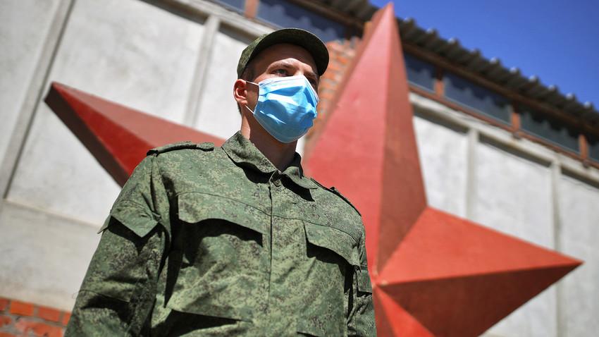 Регрут у регрутном центру Краснодарског краја пред одлазак на служење војног рока у Председнички пук.