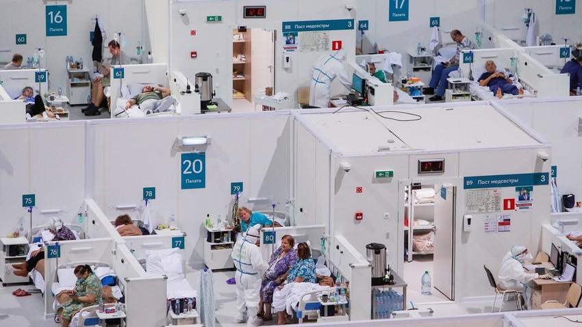 Tratamento de covid-19 em hospital de campanha em Moscou