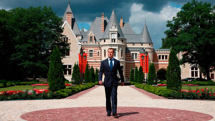 Dmitri Medvedev devant la résidence Maïendorf, à Barvikha
