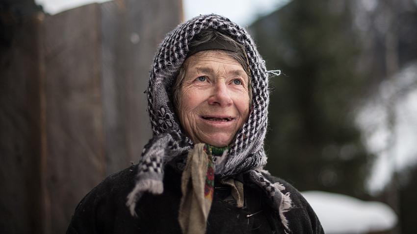 Агафја Ликова, отшелница из староверске породице. Старообредничка породица Ликов је крајем 1930-их отишла да живи у тајгу Сајанских планина, далеко од цивилизације. Открили су је совјетски геолози 1978. године. Агафја је једина преживела из породице Ликов. Фото из 2018.