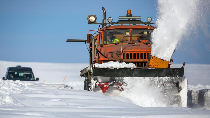 Spazzaneve in azione sull'autostrada Kola-Serebryanskiye, vicino al villaggio di Teriberka, nella regione di Murmansk