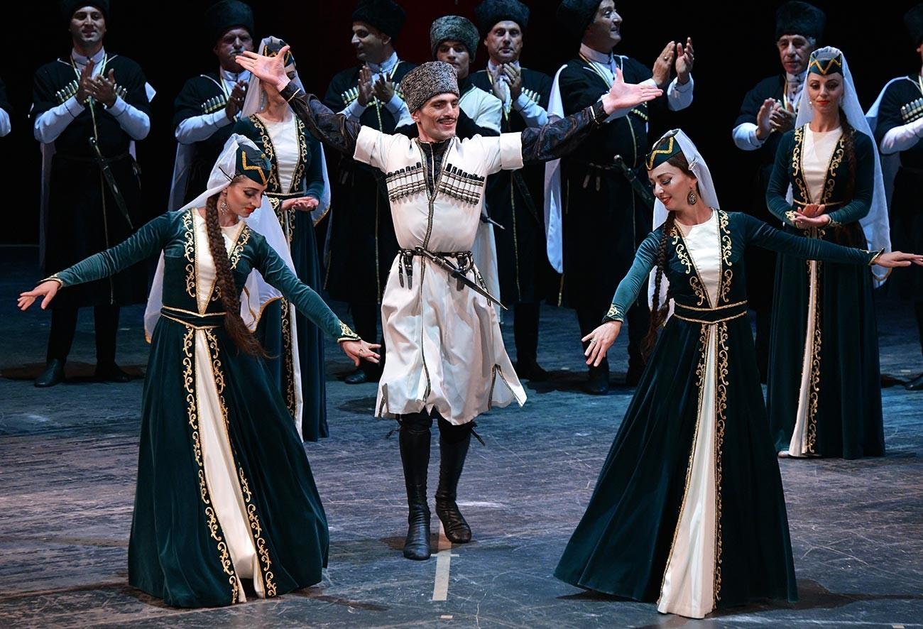 Народен ансамбли за песни и танци настапува на свеченоста посветена на 10-годишнината од признавањето на независноста на Абхазија од страна на Руската Федерација, Апхаски државен драмски театар во Сухуми.