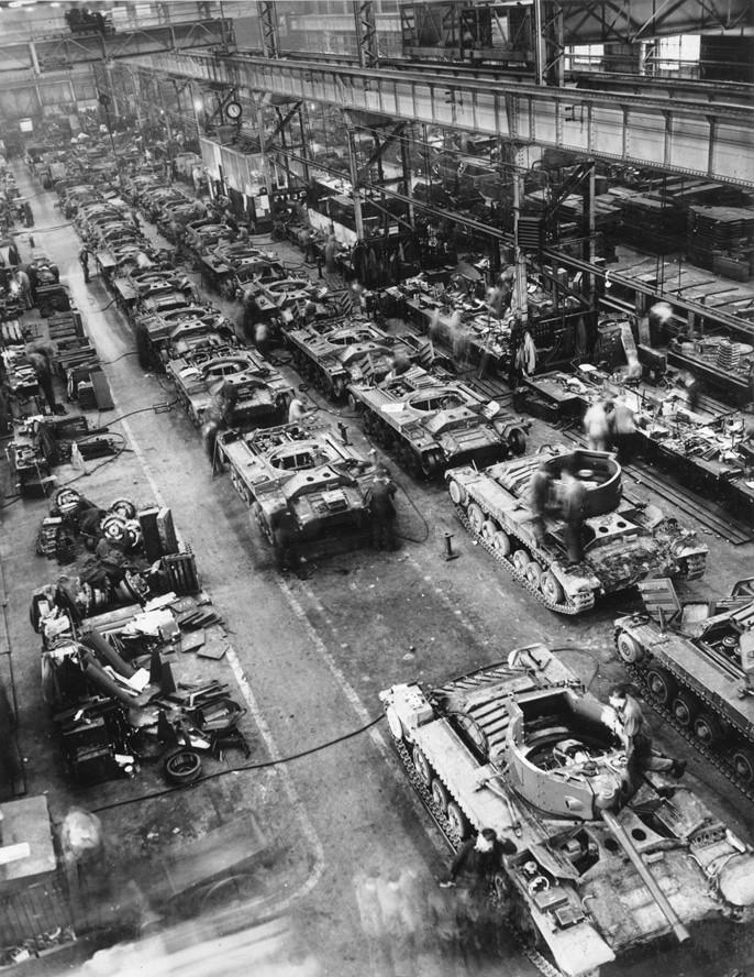 Tanques Valentine en la línea de montaje en la fábrica de tanques de Elswick Works, Newcastle upon Tyne, 28 de septiembre de 1942.