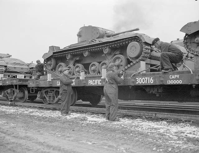 Tanques Valentine de 28 toneladas con destino a la Unión Soviética cargados en vagones de plataforma del C.P.R. (Ferrocarril del Pacífico Canadiense)