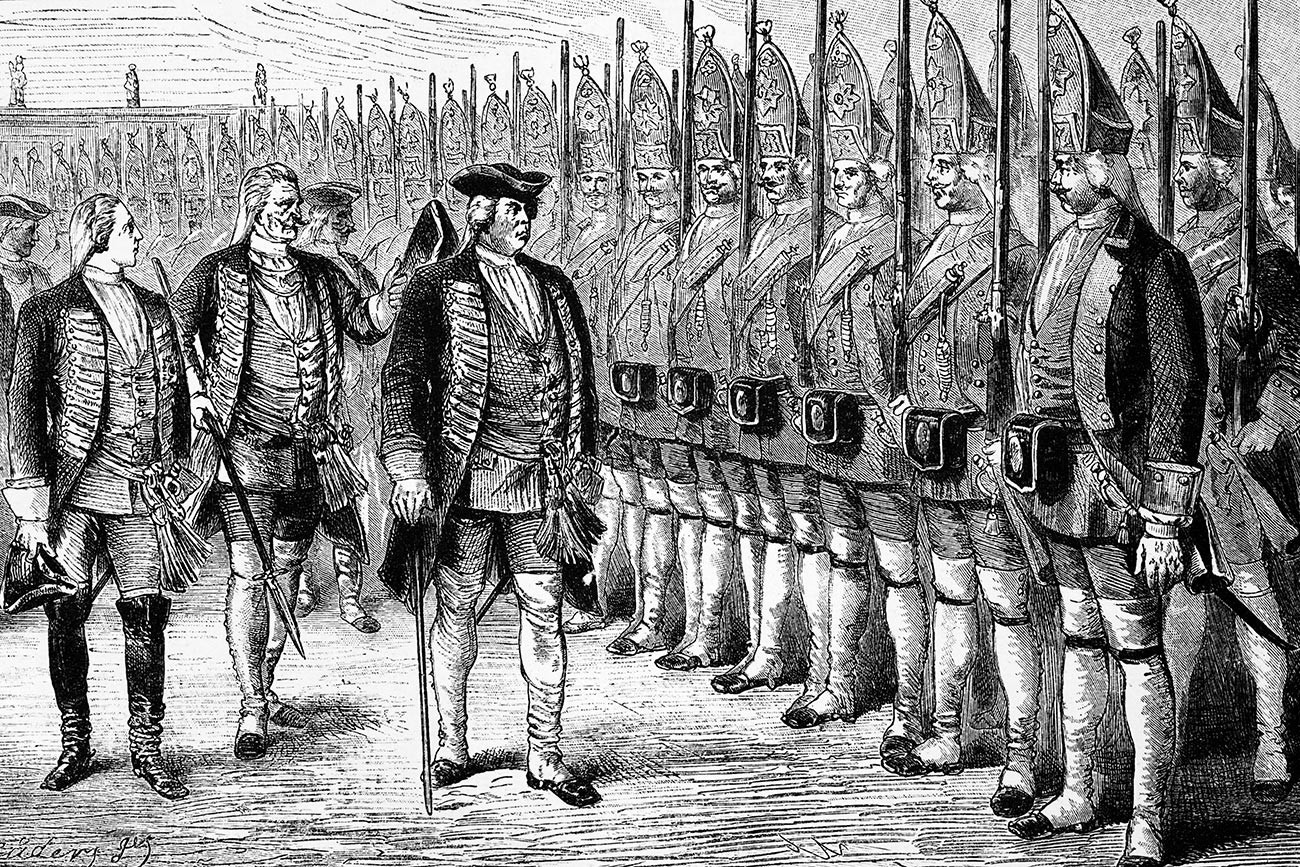 """Кралот на Прусија Фридрих Вилхелм Први на смотра на својата висока гарда позната како """"Големи гренадири на Потсдам"""", иако мнозинството ги нарекувало """"Потсдамски гренадири"""" или """"Потсдамски џинови""""."""