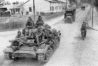 Tanque Valentine Mk. IX del Ejército Rojo en una carretera de la RSS de ucraniana .Batalla del Dniéper, invierno de 1943
