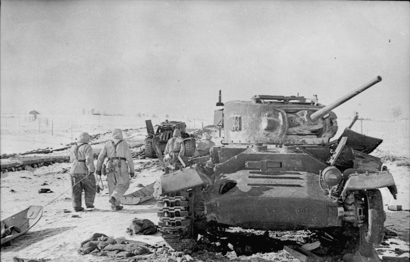 Finales de 1944. Tropas alemanas pasan junto a un Valentine destruido